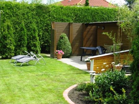 Garten mit Sauna hinter dem Ferienhaus und der Ferienwohnung