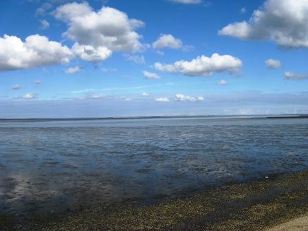 Das Wattenmeer hinterm Deich bei Ostbense an der Nordsee.